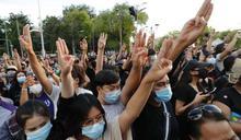 泰國曼谷進入緊急狀態:數千學生重返街頭,對王室車隊舉《飢餓遊戲》手勢