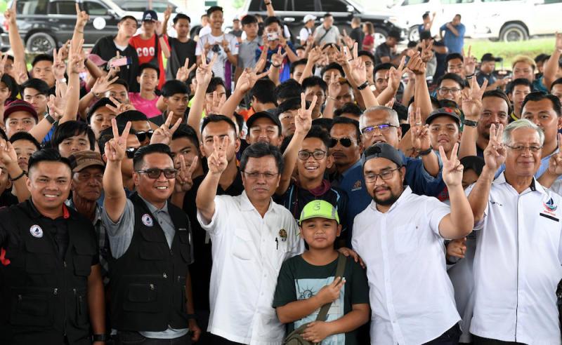 Sabah Chief Minister Datuk Seri Shafie Apdal poses for pictures during the Santai Anak Sabah Legacy Esports Tournament in Membakut January 11, 2020. — Bernama pic
