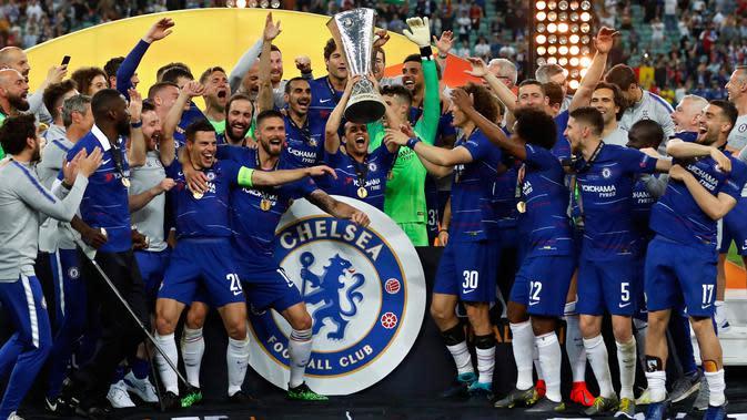 Para pemain Chelsea berselebrasi saat meraih trofi Liga Europa usai mengalahkan Arsenal pada pertandingan Final Liga Europa di stadion Olimpiade di Baku, Azerbaijan (30/5/2019). Chelsea berhasil mengalahkan Arsenal 4-1. (AP Photo/Darko Bandic)