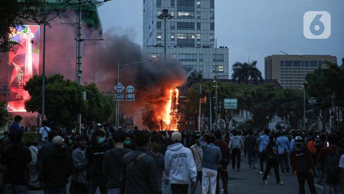 Situasi saat massa membakar pos polisi di kawasan Harmoni, Jakarta, Kamis (8/10/2020). Bentrokan pecah saat massa yang hendak menuju Istana Negara untuk menggelar unjuk rasa menolak UU Cipta Kerja diadang oleh aparat kepolisian. (Liputan6.com/Faizal Fanani)