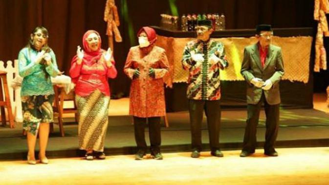 Wali Kota Surabaya Tri Rismaharini (Risma) jadi tamu istimewa di pertunjukan ludruk pada Parade Seni dan Budaya Surabaya. (Foto: Instagram @sapawargasby)