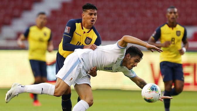 Pemain Uruguay, Maximiliano Gomez, berebut bola dengan pemain Ekuador, Xavier Arreaga, pada laga kualifikasi Piala Dunia 2022 di Stadion Casa Blanca, Rabu (14/10/2020). Ekuador menang dengan skor 4-2. (Jose Jacome/Pool via AP)