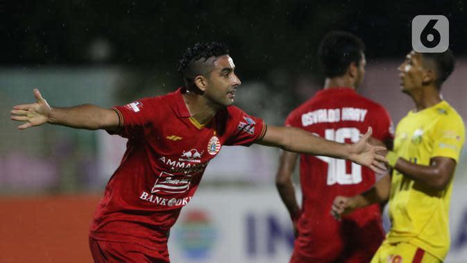 Pemain belakang Persija, Otavio Dutra merayakan gol yang dicetaknya ke gawang Bhayangkara FC pada lanjutan Shopee Liga 1 Indonesia di Stadion PTIK, Jakarta, Sabtu (14/3/2020). Laga kedua tim berakhir imbang 2-2. (Liputan6.com/Helmi Fithriansyah)
