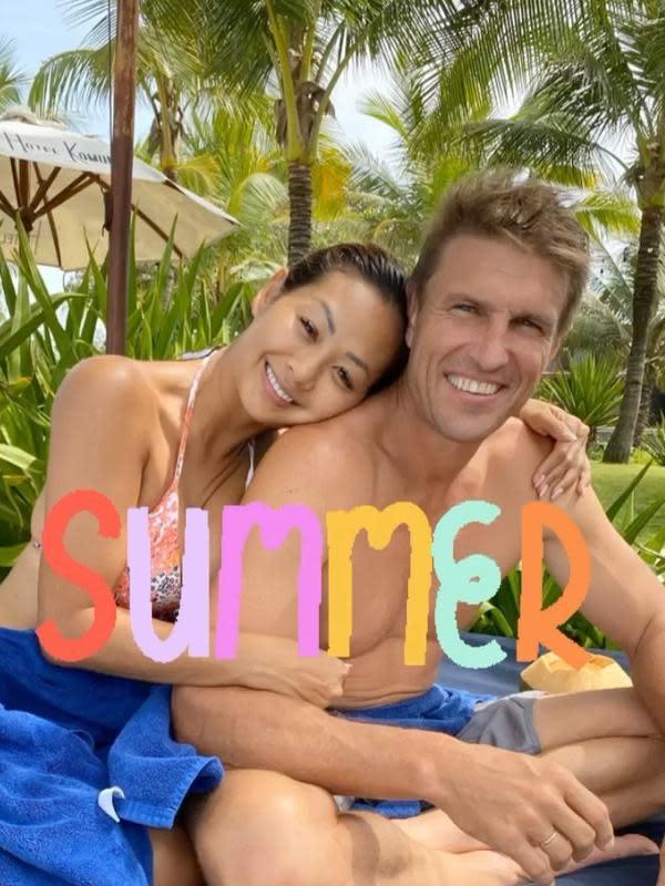 Dalam foto-foto yang diunggah Indah, tak jarang ia memamerkan kemesraan bersama sang suami. Seperti yang satu ini, keduanya terlihat sedang menikmati momen liburan dengan berenang bersama. (Instagram/indahkalalo)
