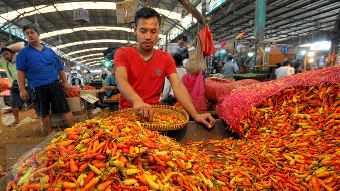 Permintaan yang banyak untuk cabai di awal ramadan membuat harga cabai mengalami kenaikan, Pasar Induk Kramat Jati, Jakarta, Jumat (19/6/2015). Harga Cabai Rawit naik dari harga Rp16 ribu menjadi Rp20 ribu/kg. (Liputan6.com/Yoppy Renato)