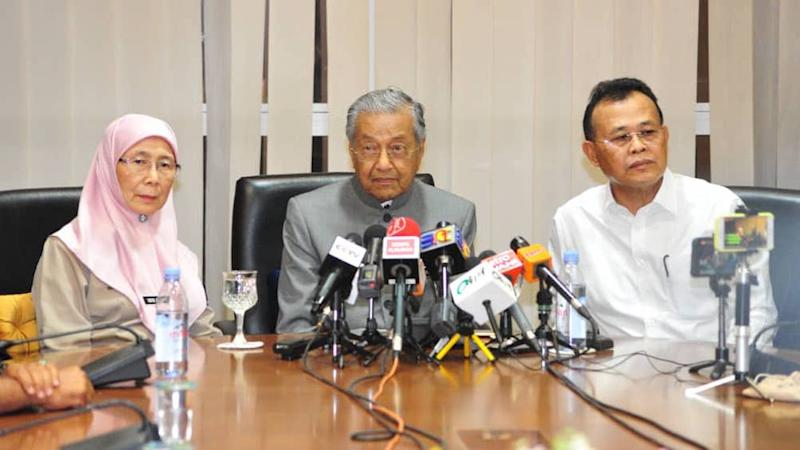 Prime Minister Tun Dr Mahathir Mohamad (centre) said the government will not call for an evacuation or an emergency for Pasir Gudang in light of the toxic fumes situation as the situation is under control. — Picture by Ben Tan