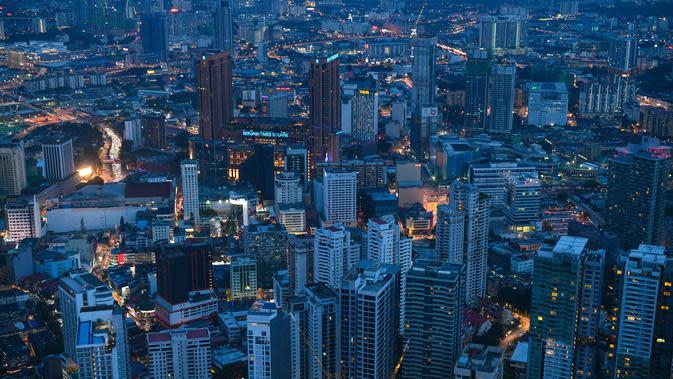 Pemandangan malam umum menunjukkan bangunan seperti yang terlihat dari Menara KL di Kuala Lumpur (13/10/2020). Malaysia tengah memerangi lonjakan baru kasus virus corona baru COVID-19. (AFP/Mohd Rasfan)