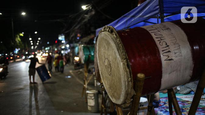 Bedug terlihat pada malam takbiran di Jalan KH Mas Mansyur, Jakarta, Sabtu (23/5/2020). Polisi dikerahkan menjaga Jalan KH Mas Mansyur untuk mengantisipasi adanya takbir keliling di kawasan tersebut. (Liputan6.com/Faiza Fanani)
