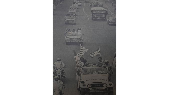 Repro foto dari konvoi para pemain Persija usai menjadi juara Marah Halim Cup 1977 saat pameran foto Sejarah Sepak Bola Jakarta memperingati hari jadi Persija di Lapangan Banteng, Jakarta, Jumat (28/11/2015). (Bola.com/Vitalis Yogi Trisna)