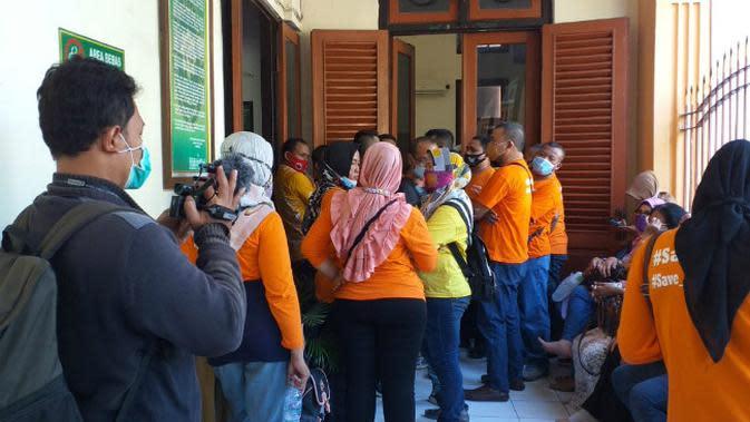 Puluhan orang yang mengaku sebagai member MeMiles menghadiri sidang putusan empat terdakwa anak buah bos Memiles Kamal Tarachand Mirchandani. (Foto: Liputan6.com/Dian Kurniawan