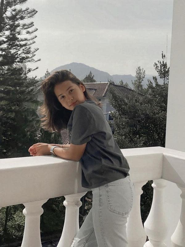 Sandrinna Michelle sendiri sering mengunggah gaya OOTD di akun Instagram pribadinya. Ia juga terlihat lebih seirng menggunakan celana denim dan dipadukan dengan kaus sederhana untuk kegiatan sehari-hari. (Liputan6.com/IG/@sandrinna_11)