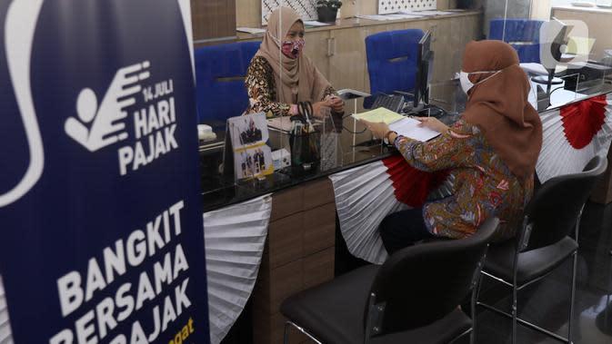 Petugas melayani warga yang melakukan pengurusan pajak di kantor Pajak Sudirman, Jakarta, Selasa (25/8/2020). Kementerian Keuangan (Kemenkeu) bakal menaikkan persentase diskon angsuran pajak penghasilan ( PPh) Pasal 25. (Liputan6.com/Angga Yuniar)