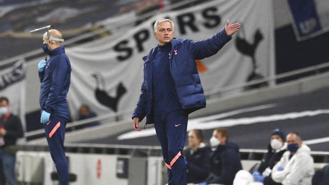 Mantan Pelatih MU itu kemudian menyindir Lampard tentang pertandingan Chelsea sebelumnya melawan West Bromwich Albion. Menurut Mou, saat itu Lampard tidak banyak berdiri di pinggir lapangan ketika Chelsea tertinggal 0-3. (Neil Hall/Pool via AP)