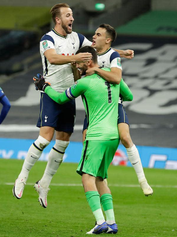 Pemain Tottenham Hotspur Harry Kane dan Danny Rose berselebrasi dengan sang kiper, Hugo Lloris pada pertandingan babak keempat Piala Liga Inggris saat menghadapi Chelsea di Stadion Tottenham Hotspur, London, Selasa (29/9/2020). Tottenham menang adu penalti atas Chelsea 5-4. (Matt Dunham/Pool via AP