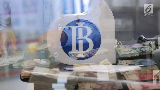 Karyawan menghitung uang kertas rupiah yang rusak di tempat penukaran uang rusak di Gedung Bank Indonessia, Jakarta (4/4). Selain itu BI juga meminta masyarakat agar menukarkan uang yang sudah tidak layar edar. (Merdeka.com/Arie Basuki)