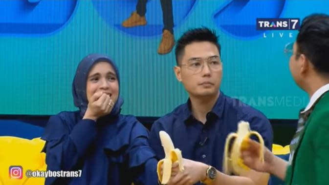 Meski ia terlihat biasa saat mengupas kulitnya, tapi saat suami dan yang lain makan pisang, ia terlihat hanya diem. Tidak lantas memakannya. Begitu juga ketika sang suami memaksanya. Ia berusaha menghindar dan menutup mulutnya.