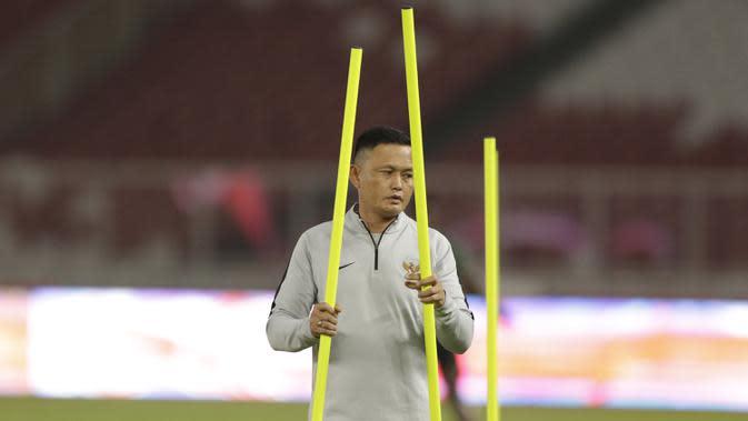 Asisten pelatih Timnas Indonesia, Yeyen Tumena (Bola.com/M Iqbal Ichsan)