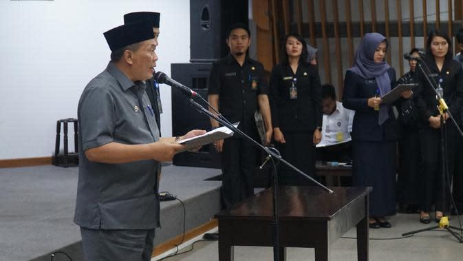 Wali Kota Bandung Oded M. Danial memimpin pelantikan dan sumpah jabatan PNS di lingkungan Pemkot Bandung, Selasa (21/1/2020). (Liputan6.com/Huyogo Simbolon)