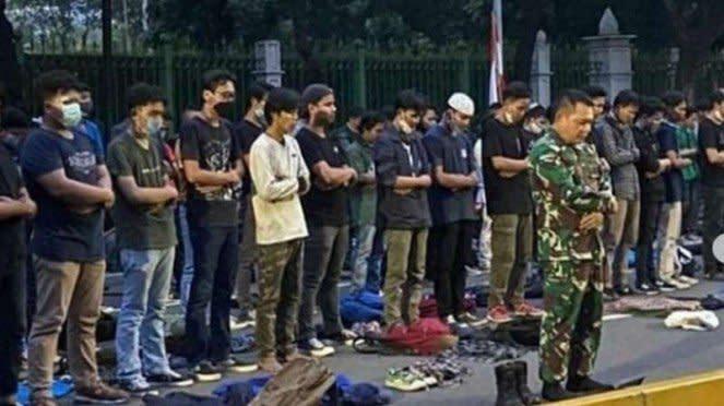 VIVA Militer : Pangdam Jaya jadi imam sholat maghrib massa aksi UU Omnibus Law
