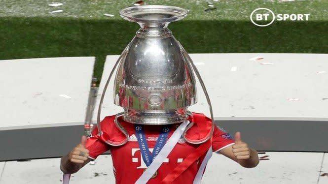 Tingkah Edan Lucas Hernandez Rayakan Juara Bayern Tanpa Kepala
