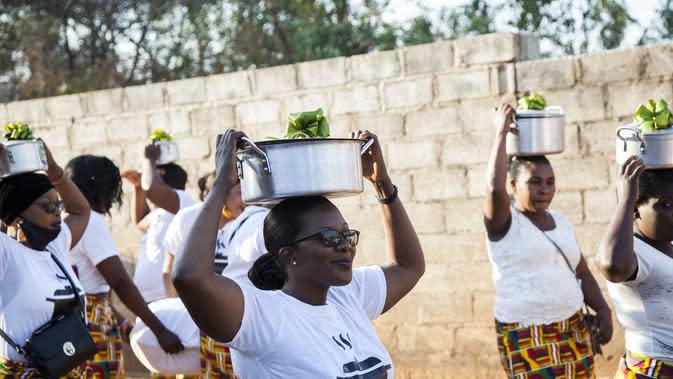 Anggota keluarga mempelai wanita mengantarkan makanan untuk mempelai pria dalam upacara Icilanga Mulilo di Lusaka, Zambia (5/9/2020/). Icilanga Mulilo, yang secara tradisional dipraktikkan oleh warga Zambia yang berbahasa Bemba, merupakan upacara sebelum pernikahan. (Xinhua/Martin Mbangweta)