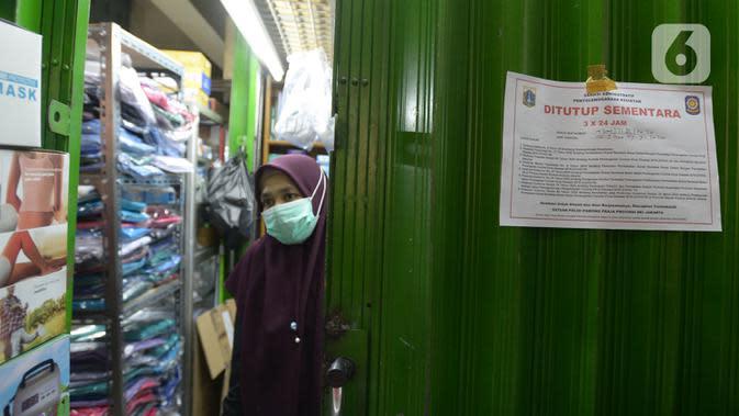 Segel penutupan sementara dipasang di salah satu toko di Pasar Pramuka, Jakarta, Kamis (24/9/2020). Upaya mencegah penularan virus corona terus dilakukan dengan merazia pertokoan dan warung makan yang masih melayani makan di tempat. (merdeka.com/Imam Buhori)