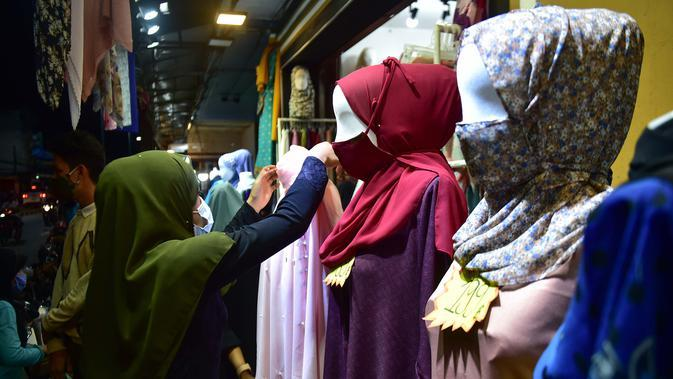 Anggota komunitas muslim mengenakan masker di tengah kekhawatiran akan penyebaran virus corona COVID-19 di Provinsi Narathiwat, Thailand, Rabu (20/5/2020). Idul Fitri akan dilalui umat muslim seluruh dunia di tengah pandemi virus corona COVID-19. (Madaree TOHLALA/AFP)