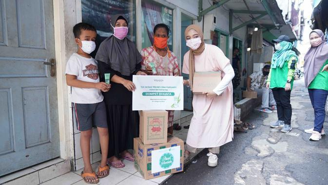 Sebanyak 37.000 produk Wardah Nature Daily Aloe Hydramild Hand Gel didistribusikan untuk menangkan virus corona