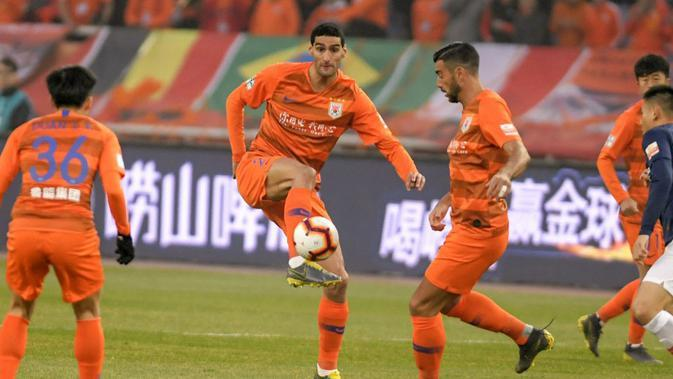 Mantan pemain Manchester United, Marouane Fellaini, yang kini gabung klub Liga Super China, Shandong Luneng. (AFP/STR)