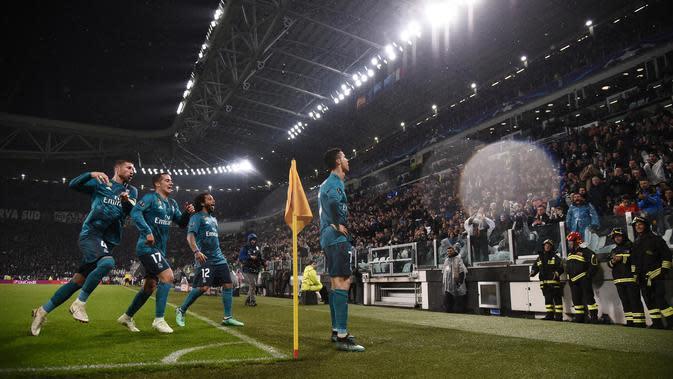Striker Real Madrid, Cristiano Ronaldo, melakukan selebrasi usai mencetak gol ke gawang Juventus pada laga Liga Champions di Stadion Allianz, Selasa (3/4/2018). Juventus takluk 0-3 dari Real Madrid. (AFP/Marco Bertorello)