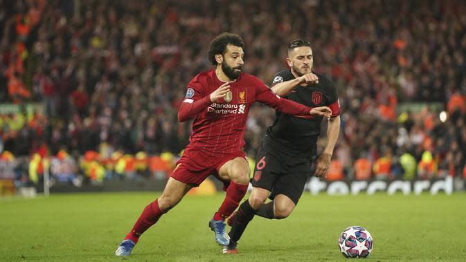 Penyerang Liverpool, Mohamed Salah menggiring bola dari kejaran gelandang Atletico Madrid, Koke pada pertandingan leg kedua babak 16 besar Liga Champions di di stadion Anfield, Inggris (12/3/2020). Atletico menang atas 3-2 atas Liverpool dengan agregat 4-2. (AP Photo/Jon Super)