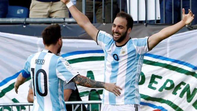 Pemain Argentina, Lionel Messi dan Gonzalo Higuain