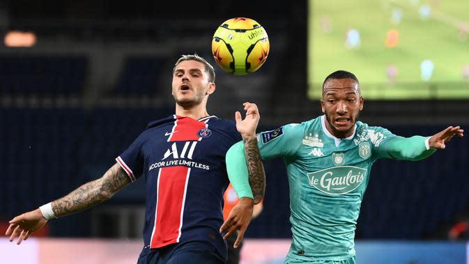 Penyerang PSG, Mauro Icardi, berebut bola dengan bek Angers, Enzo Ebosse, pada laga lanjutan Liga Prancis di Parc des Princes Stadium, Sabtu (3/10/2020) dini hari WIB. PSG menang 6-1 atas Angers. (AFP/Franck Fife)