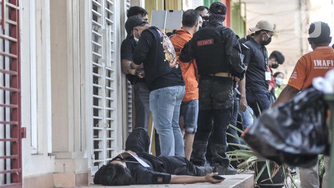 Tersangka melakukan salah satu adegan saat rekonstruksi kasus pembunuhan Sugianto (51) di ruko Royal Gading Square, Kelapa Gading, Jakarta, Selasa (25/8/2020). Rekonstruksi melibatkan 12 tersangka termasuk NL, karyawati korban yang berperan sebagai dalang pembunuhan. (merdeka.com/Iqbal S. Nugroho)
