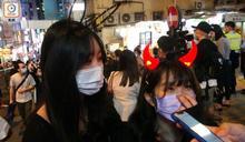蘭桂坊萬聖節氣氛熱鬧 有市民宣傳831警暴被截查