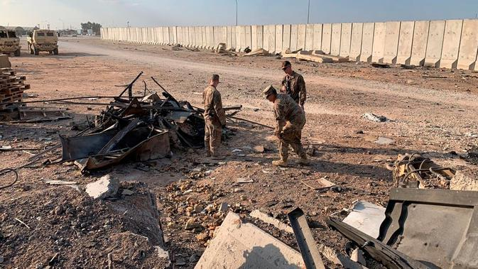 Tentara AS memeriksa lokasi pemboman Iran di pangkalan udara Ain al-Asad, Anbar, Irak, Senin (13/1/2020). Iran menghujani pangkalan militer AS tersebut dengan rudal sebagai balasan atas kematian Jenderal Qasem Soleimani. (AP Photo/Ali Abdul Hassan)