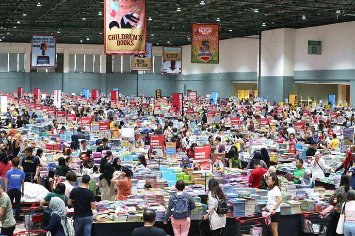 Frenzied browsing at the annual Big Bad Wolf Books — Pictures courtesy of Big Bad Wolf Books
