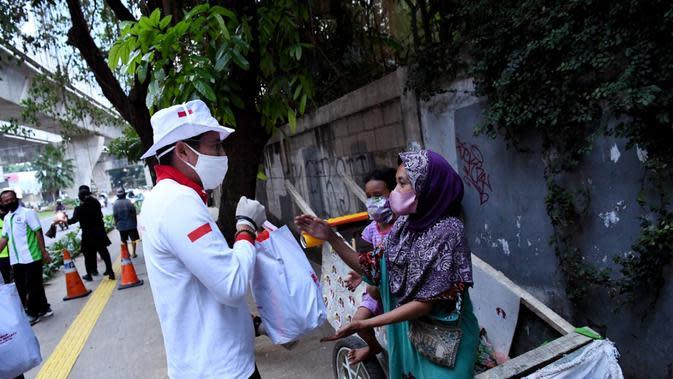 Bareng GKC Jokowi, Sandiaga Bagi-Bagi Sembako di Jakarta Selatan
