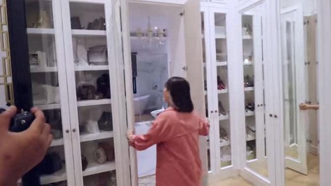 Tampilan kamar Arie Untung dan Fenita Arie. (YouTube ITIKK Family / Captured by Brilio.net)