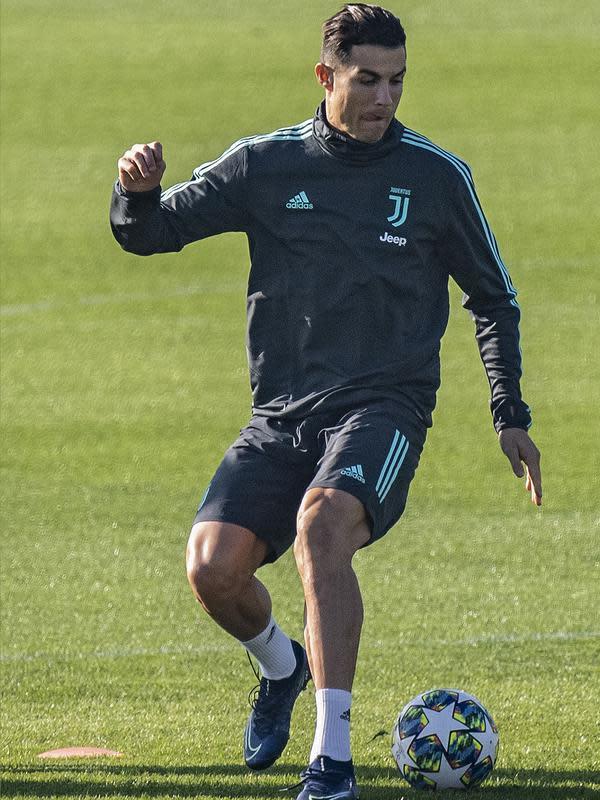 Penyerang Juventus Cristiano Ronaldo menggiring bola saat mengikuti sesi latihan tim di Juventus Training Center di Turin (5/11/2019). Juventus akan bertanding melawan wakil Rusia, Lokomotiv Moscow pada Grup D Liga Champions di RZD Arena. (Marco Bertorello / AFP)