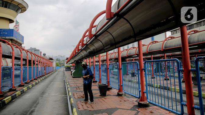 Calon penumpang menunggu di jalur bus di kawasan Terminal Blok M, Jakarta, Selasa (24/3/2020). Pemprov DKI Jakarta membatasi aktivitas warga diluar rumah untuk mencegah penyebaran Covid-19 di ruang publik. (Liputan6.com/Faizal Fanani)