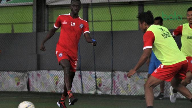Makan Konate saat latihan dengan Arema di lapangan futsal, Senin (26/8/2019). (Bola.com/Iwan Setiawan)