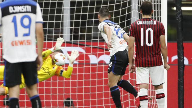 Kiper AC Milan Gianluigi Donnarumma menghalau tendangan penalti pemain Atalanta Ruslan Malinovskyi pada pertandingan Serie A di Stadion San Siro, Milan, Italia, Jumat (24/7/2020). Pertandingan berakhir 1-1. (AP Photo/Antonio Calanni)