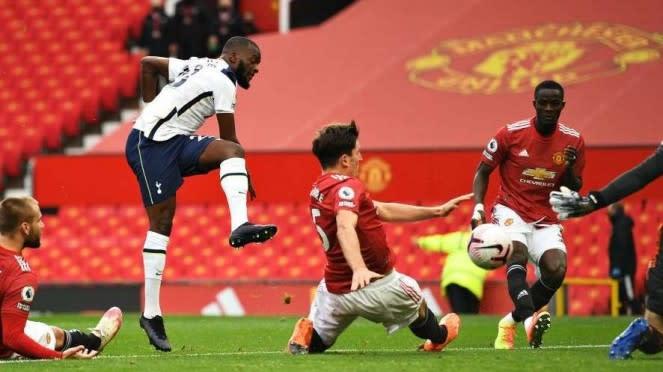Pemain Tottenham Hotspur, Tanguy Ndombele mencetak gol ke gawang MU