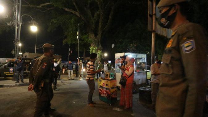 Satpol PP Kota Bandung membentuk tiga tim penegakan aturan dalam rangka mendisiplinkan masyarakat pada masa Adaptasi Kebiasaan Baru (AKB) yang diperketat. (Foto: Humas Kota Bandung)