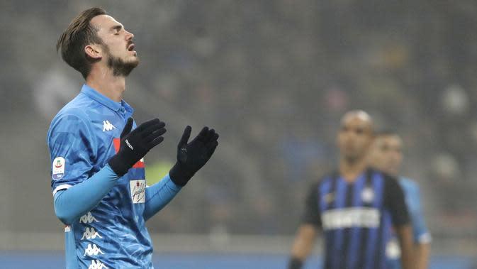 Pemain Napoli, Fabian Ruiz, tampak kecewa usai dikalahkan Inter Milan pada laga Serie A di Stadion San Siro, Rabu (26/12). Inter Milan menang 1-0 atas Napoli. (AP/Luca Bruno)
