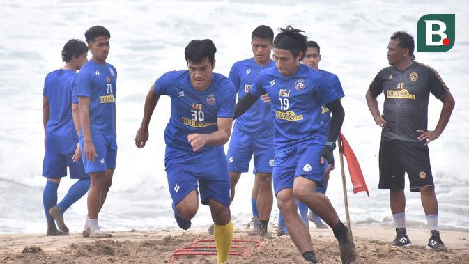 Para pemain Arema FC melakoni latihan di Pantai Ngantep, Kabupaten Malang pada Rabu (2/9/2020). (Bola.com/Iwan Setiawan)