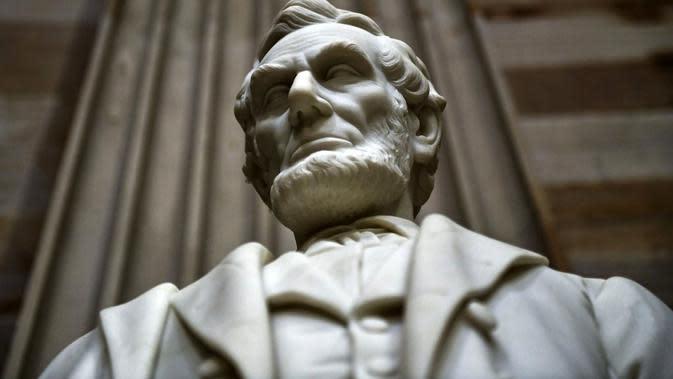 Patung Abraham Lincoln, Presiden Amerika Serikat yang ke-16, di Washington DC pada 2018. (AFP/Brendan Smialowski)