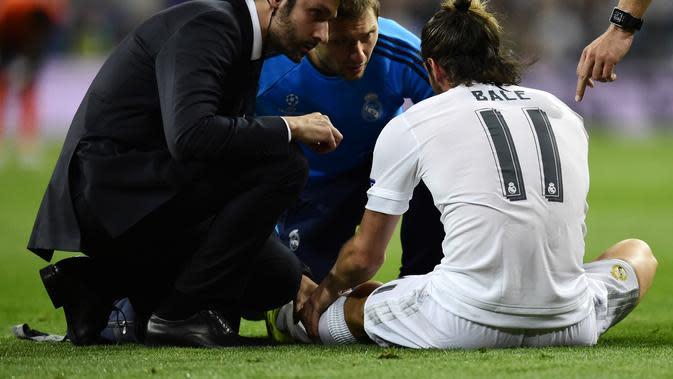 Gareth Bale terancam absen memperkuat Real Madrid melawan Paris Saint-Germain pada match day ketiga Grup A Liga Champions 2015-16 akibat cedera betis di kaki kirinya. (Liputan6.com/JAVIER SORIANO / AFP)