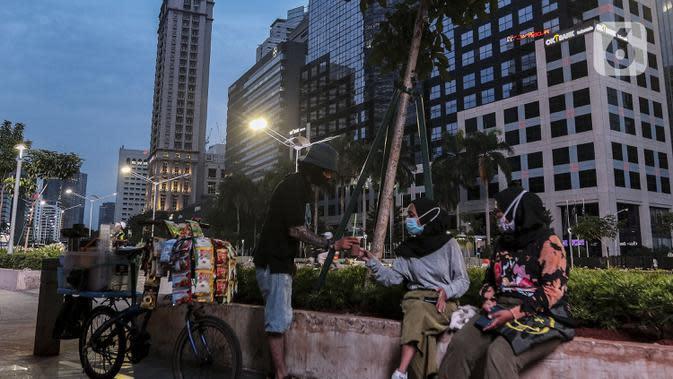 Warga beraktivitas di Jalan Jenderal Sudirman, Jakarta, Sabtu (26/9/2020). Berdasarkan data pemerintah, jumlah kasus kumulatif positif COVID-19 hingga Sabtu (26/9/2020) mencapai 271.339 dan Jakarta kembali jadi provinsi penambahan kasus Covid-19 tertinggi. (Liputan6.com/Johan Tallo)